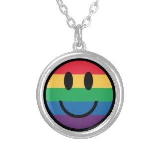 Collar sonriente de la cara del orgullo del arco