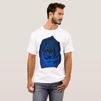 Color de rosa azul en la talla de camisa blanca