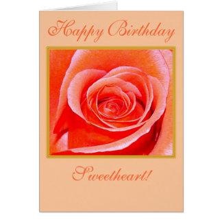 Color de rosa coralino en tarjeta del feliz cumple