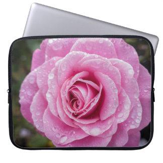 Color de rosa macro rosado con la manga del funda para portátil