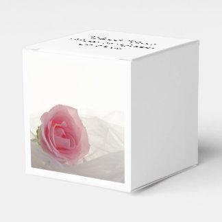 Color de rosa rosado en el boda blanco caja de regalos