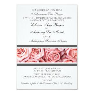 Color de rosa rosado suave con la invitación gris
