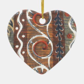 Colores tradicionales del vintage africano del adorno de cerámica en forma de corazón