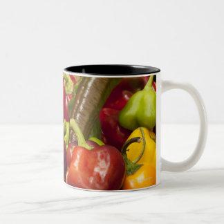 Colores y tipos mezclados de pimientas tazas de café
