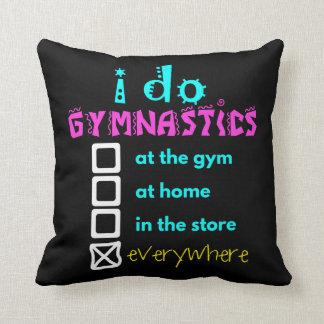 Colorido - hago la gimnasia por todas partes cojín decorativo