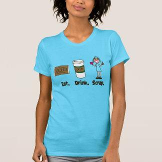 Coma el pedazo de la bebida en la turquesa camiseta