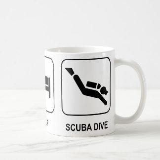 Coma la zambullida del equipo de submarinismo del  taza de café