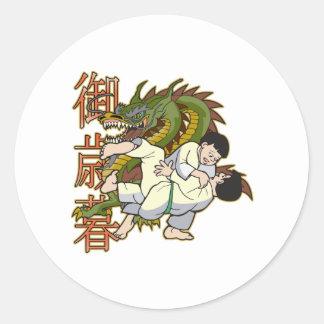 Combatientes del karate del dragón etiqueta redonda