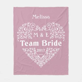Combine los monogramas de la novia y la manta de