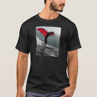 Cometa de la fantasía de Batman que practica surf Camiseta