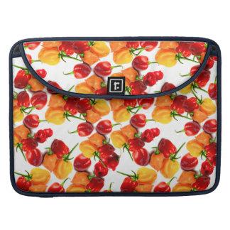 Comida caliente anaranjada de las pimientas rojas funda para MacBook