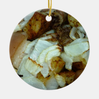 Comida campestre del cerdo con las patatas y las c adornos