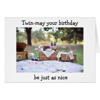 Comida campestre gemela de la hermana para su felicitación