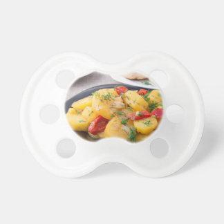 Comida hecha en casa natural en el primer de la chupetes para bebés
