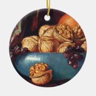Comida, nueces y fruta del vintage en un cuenco az ornamento de navidad