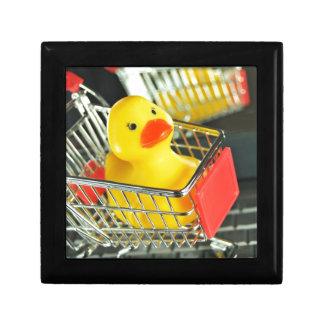 Concepto de goma de las compras del bebé del pato caja de recuerdo