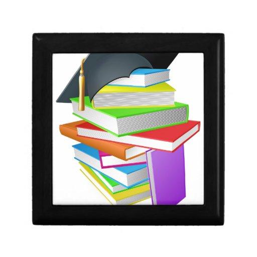 Concepto del gorra de la graduación de la pila del cajas de recuerdo