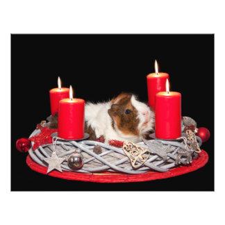 Conejillo de Indias en una decoración del navidad Tarjetón