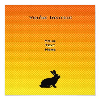 Conejito amarillo/anaranjado invitación 13,3 cm x 13,3cm