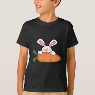 Conejito con las camisetas y los regalos de la camiseta