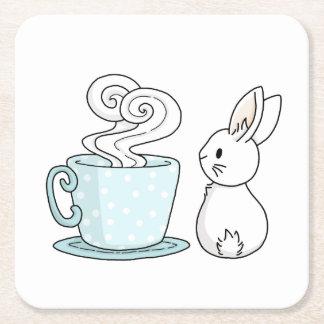 Conejito con una taza de té posavasos desechable cuadrado