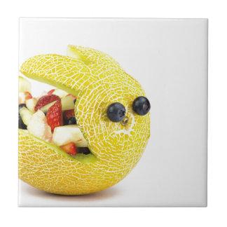 Conejito de pascua del melón llenado de la fruta azulejo