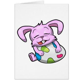 Conejito de pascua que abraza un huevo tarjeta de felicitación