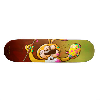 Conejito de pascua que pinta un huevo tabla de skate