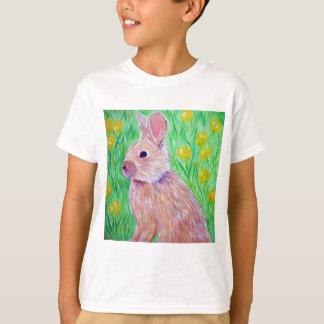Conejito en los ranúnculos 2 camiseta