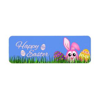 Conejito y huevos felices de pascua en pequeñas etiqueta de remitente