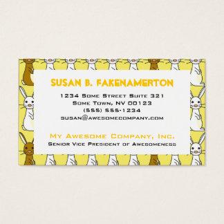Conejitos lindos en tarjeta de visita amarilla