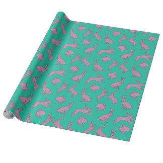 Conejitos rosados en el papel de embalaje verde