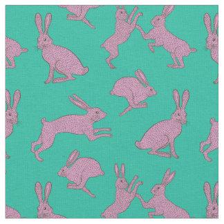 Conejitos rosados lindos en tela verde del fondo