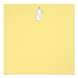 Conejo blanco en fondo amarillo comunicado