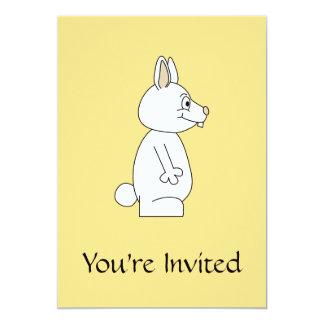 Conejo blanco en fondo amarillo invitación 12,7 x 17,8 cm
