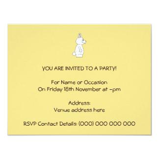 Conejo blanco en fondo amarillo invitación 10,8 x 13,9 cm