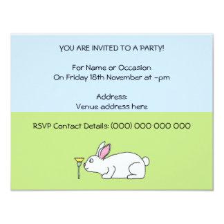 Conejo blanco. En un césped Invitación 10,8 X 13,9 Cm