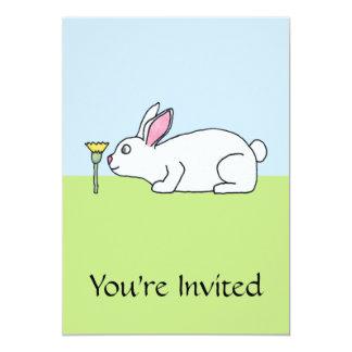 Conejo blanco. En un césped Invitación 12,7 X 17,8 Cm
