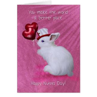 Conejo con los globos del corazón y día lindo de tarjetón