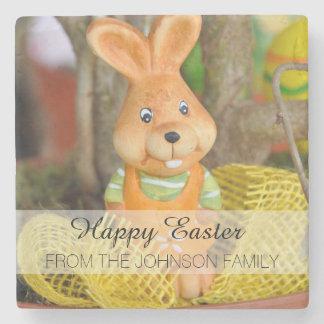 Conejo de conejito feliz de pascua de la familia posavasos de piedra