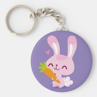 Conejo de conejito feliz lindo que sostiene una llavero redondo tipo chapa
