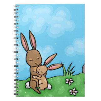 Conejo de la madre y abrazo de conejito del bebé cuadernos