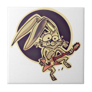 conejo dulce del conejito divertido que juega el azulejo de cerámica