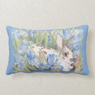 Conejo en iris holandeses azules cojín lumbar