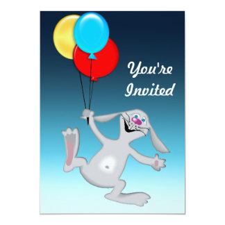 Conejo feliz con los globos invitación 12,7 x 17,8 cm