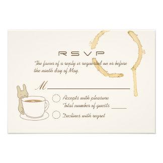Conejo lindo y café que casan la tarjeta de RSVP Comunicado