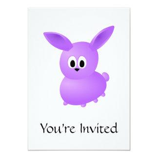 Conejo púrpura del bebé invitación 12,7 x 17,8 cm