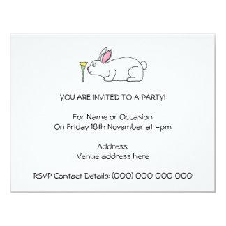 Conejo y flor blancos invitación 10,8 x 13,9 cm