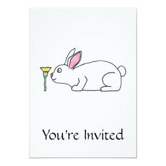 Conejo y flor blancos invitación 12,7 x 17,8 cm