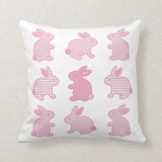 Conejos de conejito del bebé, lunares, control, cojín decorativo